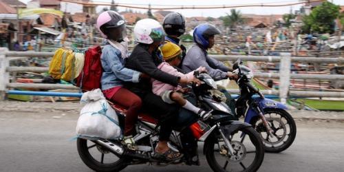 CIREBON, JABAR, 5/9 - ARUS MUDIK. Sekeluarga pemudik bersepeda motor melintas di kawasan pantura, Cirebon, Jawa Barat, Minggu (5/9). Memasuki H-5 Hari Raya Idul Fitri 1431 H arus lalu lintas masih relatif lancar meski sudah terjadi peningkatan jumlah kendaraan para pemudik pengguna jalur Pantai Utara Jawa (Pantura). SINDO/YULIANTO